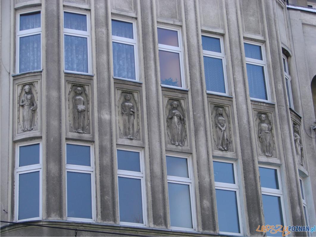 Ozdoby na budynku obok Banku Włościańskiego  Foto: