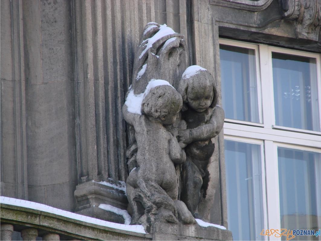 Figurki na balkonie (II p.) Banku Włościańskiego  Foto: