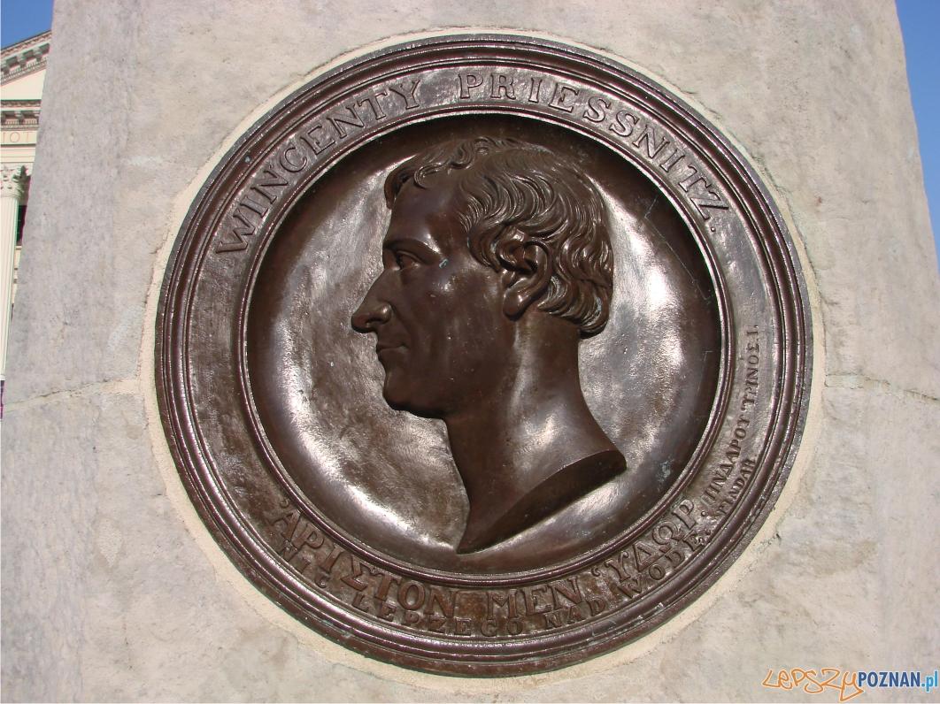 brązowy medalion z wizerunkiem pioniera przyrodolecznictwa Wincenta Priessnitza - napis w języku polskim jest z błędem  Foto: