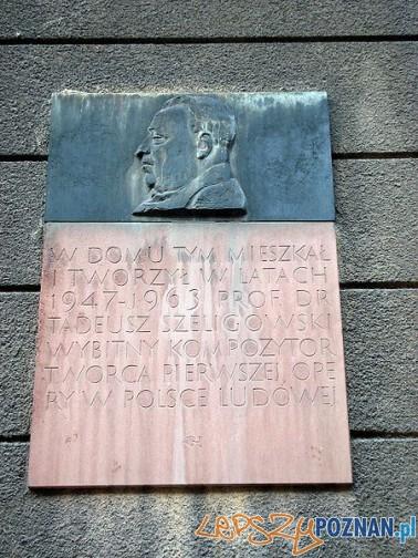 Tablica pamiatkowa na budynku przy ulicy Chełmońskiego Foto: wikipedia