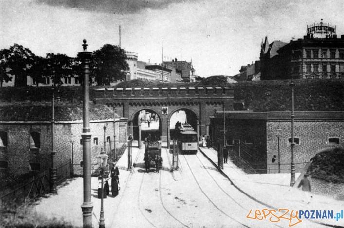 Brama_Berlińska_po lewej stronie w oddali znajduje się dzś CK Zamek