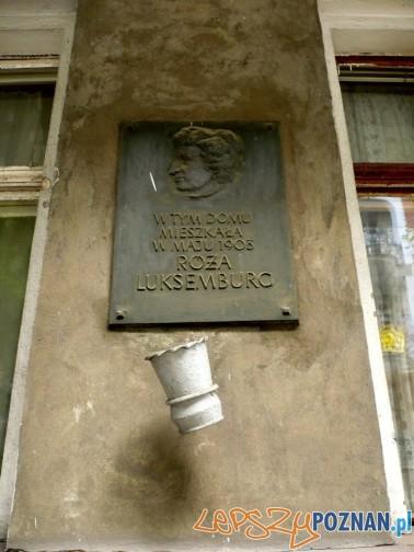 Pamiatkowa tablica - w tym domu mieszkała Róża Luksemburg