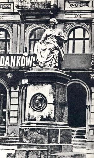 Posąg Hygei na Alejach Marcinkowskiego na tle dawnego pałacu Mielżyńskich