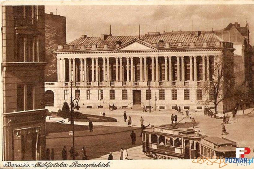 Tramwaj przed Biblioteką Raczyńskich lata 30 Foto: fotopolska.eu