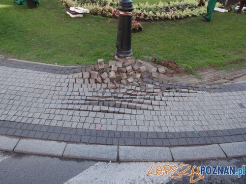 zniszczony chodnik Foto: Straż Miejska w Poznaniu