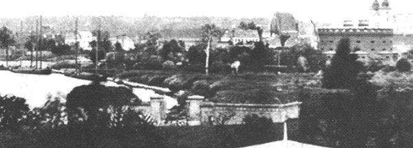 Brama_Warciana w pobliżu dzisiejszego Mostu Rocha, w tle po prawej wieże Katedry Foto: http://poznan.wikia.com/wiki/Brama_Warciana