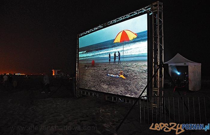 Day for Night - projekcja na plaży  Foto: elevenshadows.com
