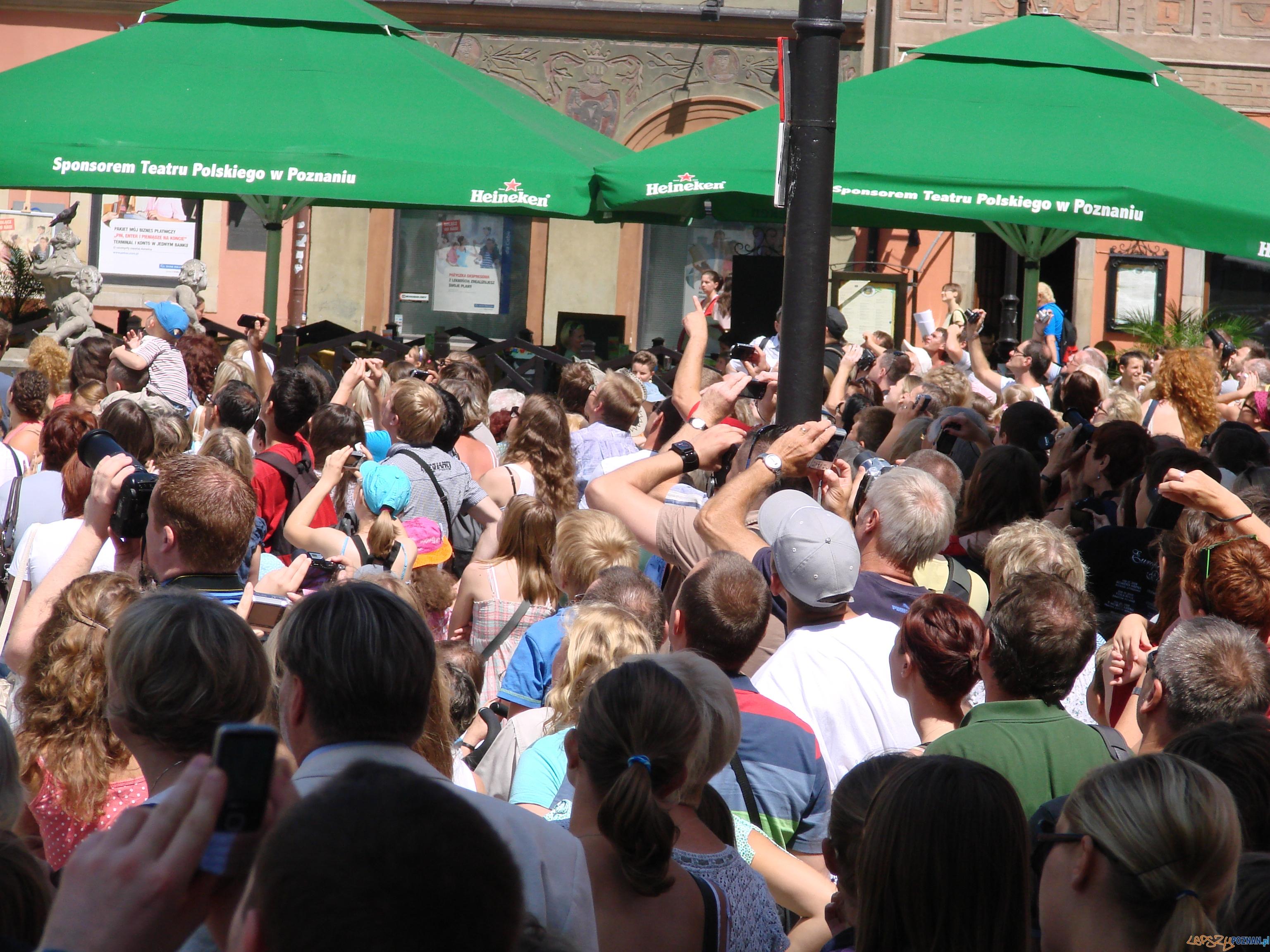 Tłum na Starym Rynku - godzina 12:00  Foto: lepszyPOZNAN.pl / ag