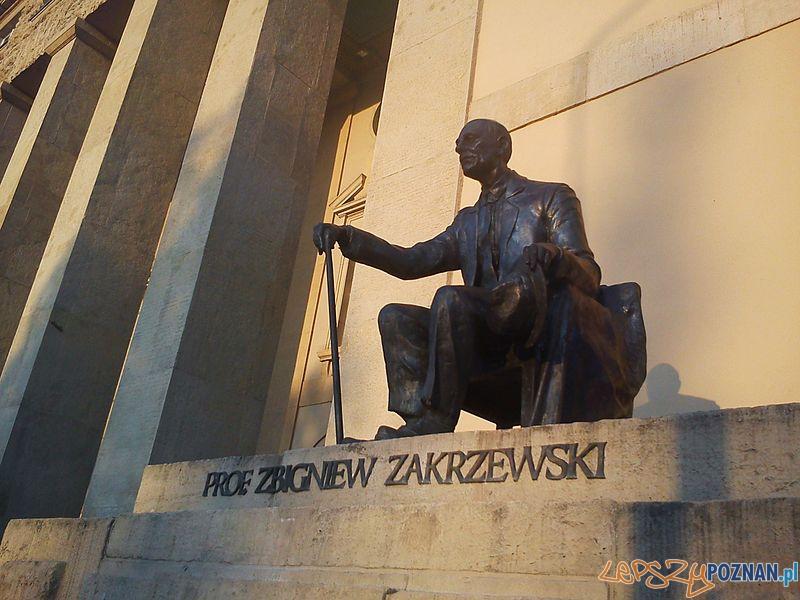Pomnik profesora Zakrzewskiego przy gmachu Uniwersytetu Ekonomicznego w Poznaniu Foto: wikipedia.pl