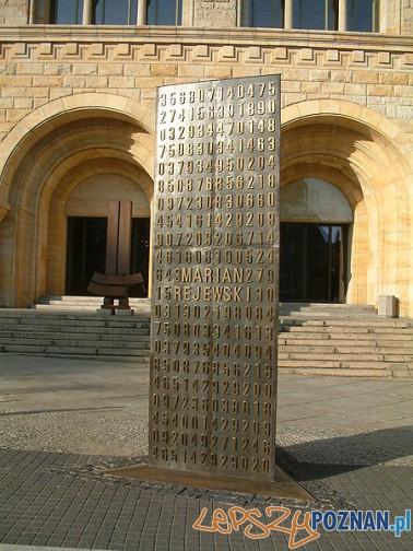 Pomnik_Kryptologów przed CK Zamek