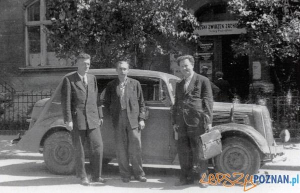 Przed siedzibą Instytutu Zachodniego przy ul. Chełmońskiego 1 w Poznaniu, 1946r Foto: http://www.iz.poznan.pl