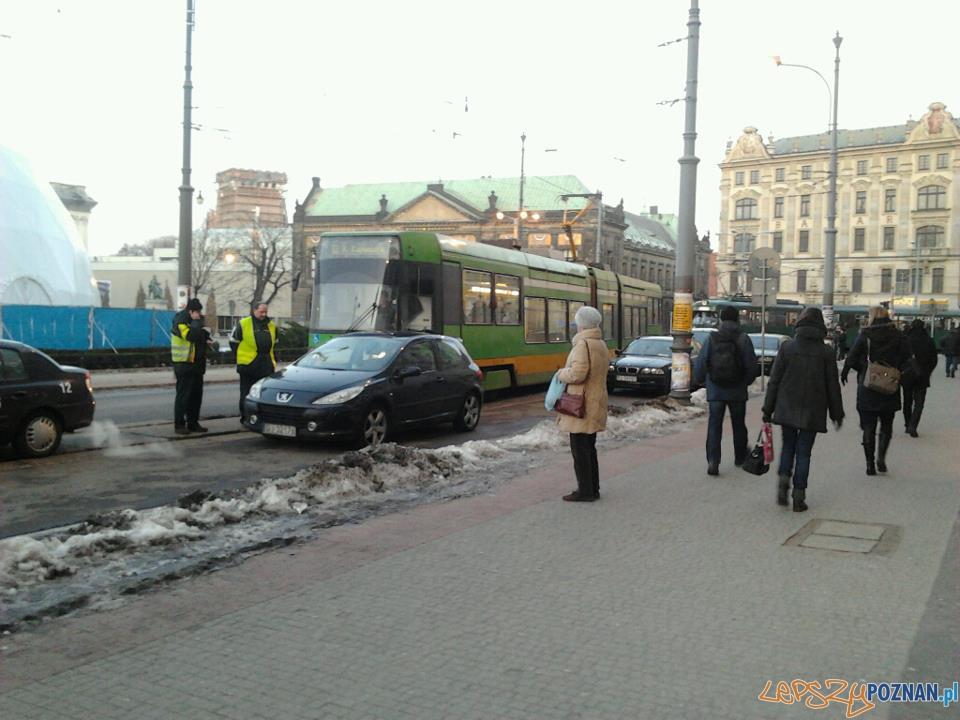 Auto blokujące Plac Wolności  Foto: Michał