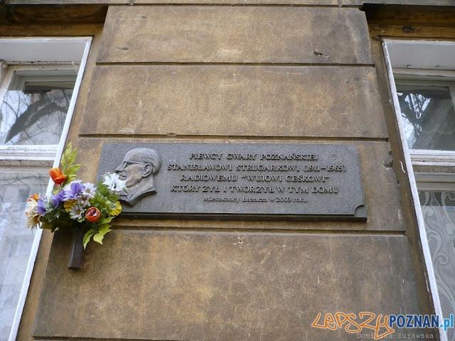 Tablica pamiatkowa na kamienicy przy ulicy Lodowej, w której mieszkał Stanisław Strugarek Foto: http://fotopoznan.blogspot.com
