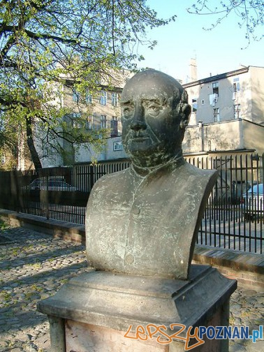 Pomnik ks. Augustyna Szamarzewskiego w Poznaniu przed kościołem Podwyższenia Krzyża Świętego