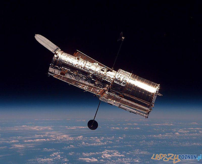 Teleskop Hubble'a widziany z pokładu promu kosmicznego Discovery. Zdjęcie wykonano podczas drugiej misji serwisowej STS-82, w 1997 Foto: wikipedia
