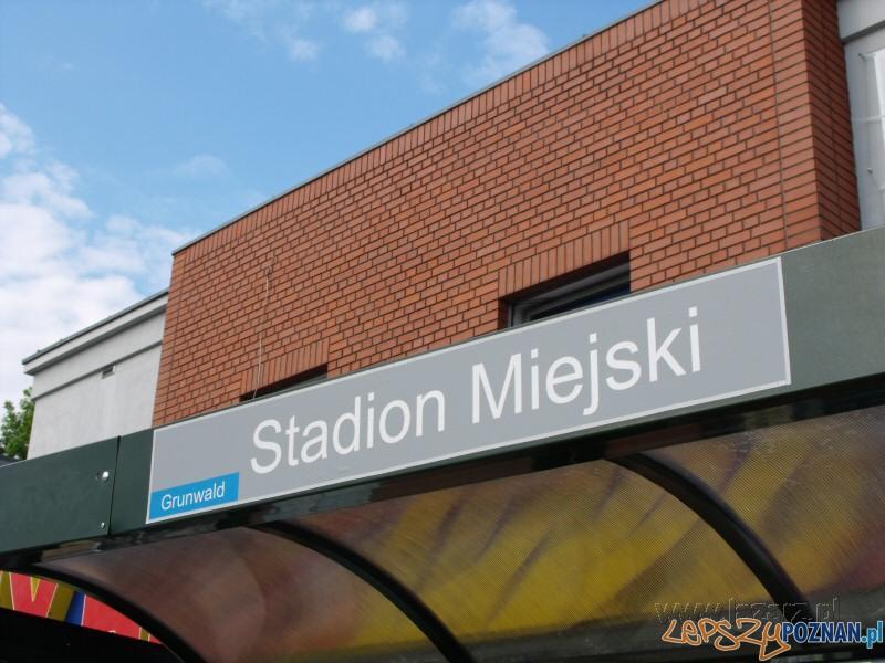 Nowe tabliczki na przystanku Foto: lazarz.pl