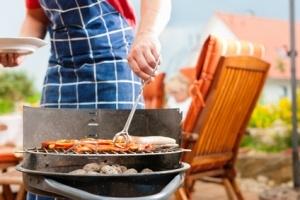 Glückliche Familie beim Grillen Foto: Kzenon - Fotolia