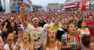 Strefa kibica Poznań - biało-czerwoni kibice podczas UEFA Euro 2012 - mecz Polska - Rosja