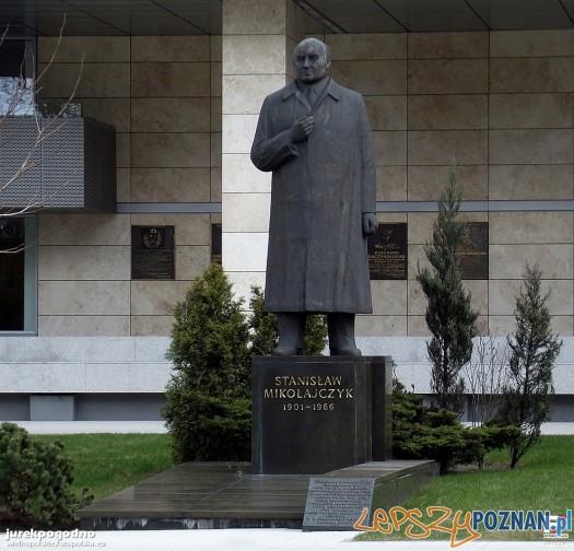 Pomnik Stanisława Mikołajczyka przed Urzędem Wojewódzkim w Poznaniu Foto: fotopolska.eu