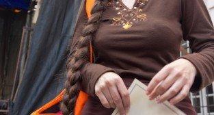 Warkocz Magdaleny - Alicja Malewska posiadaczka najdłuższego warkocza - festyn przy poznańskiej Farze