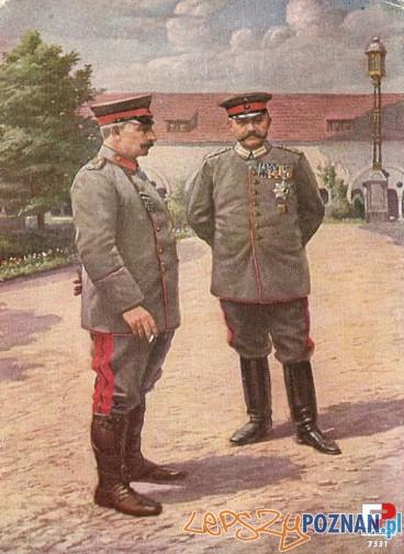 Cesarz Wilhelm II i Paul von Hindenburg na zamkowym dziedzincu. W tle zabudowania masztalarni