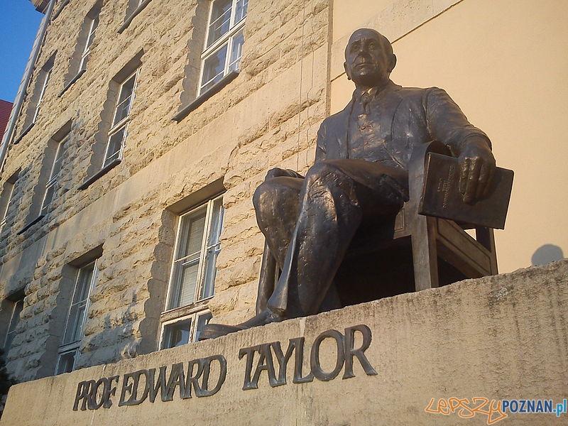 Pomnik Edwarda Taylora przy gmachu Uniwersytetu Ekonomicznego w Poznaniu Foto: wikipedia.pl
