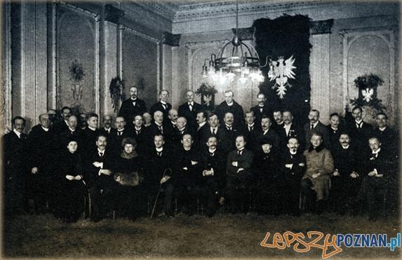 Posiedzenie NRL Poznań 5 grudnia 1918. Wojciech Korfanty - ósmy od prawej w środkowym rzędzie)