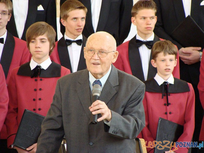 """Stefan Stuligrosz z chórem """"Poznańskie Słowiki"""" podczas koncertu w kościele Najświętszego Serca Pana Jezusa w Śremie, 25 kwietnia 2009"""