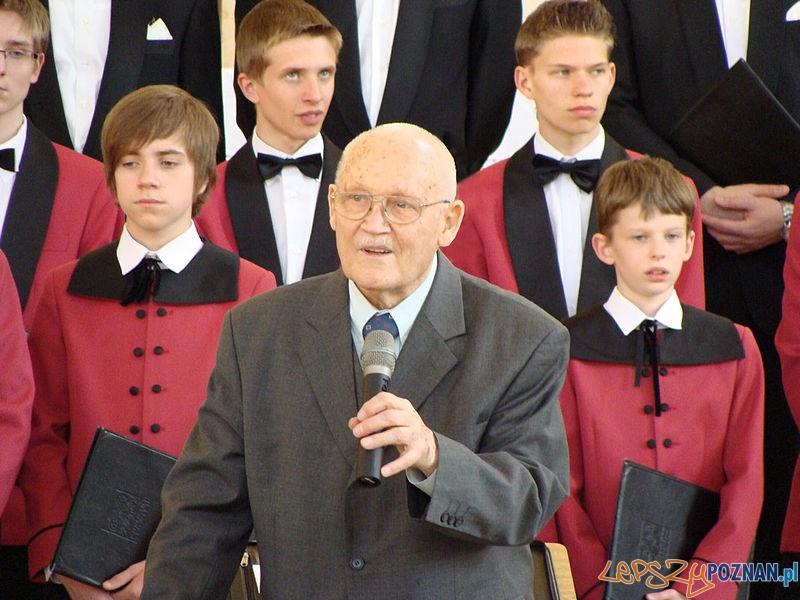 """Stefan Stuligrosz z chórem """"Poznańskie Słowiki"""" podczas koncertu w kościele Najświętszego Serca Pana Jezusa w Śremie, 25 kwietnia 2009 Foto: wikipedia"""