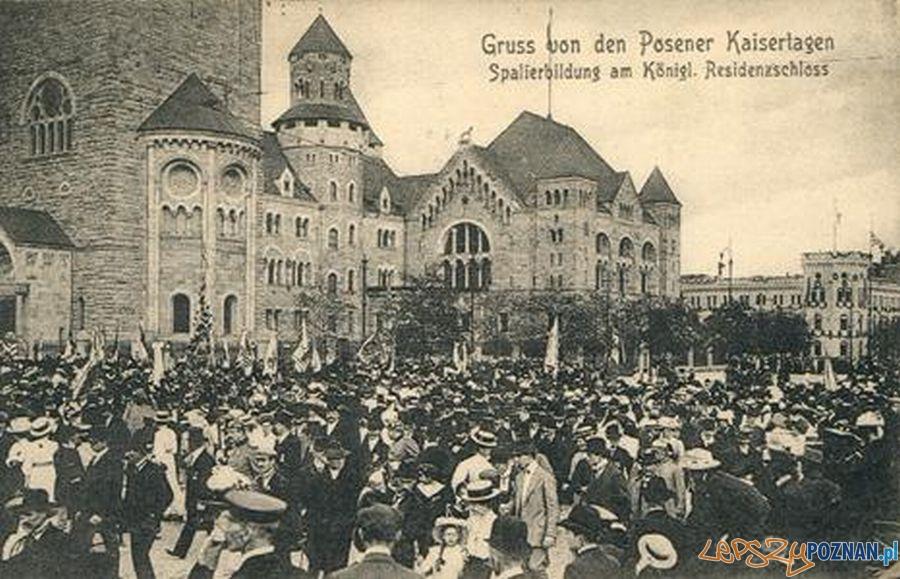 Tłum gromadzący się przed zamkiem w związku z odbywającymi się Dniami Cesarskimi
