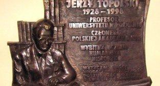 Tablica pamiątkowa na Wydziale Historycznym UAM Foto: wikipedia.pl