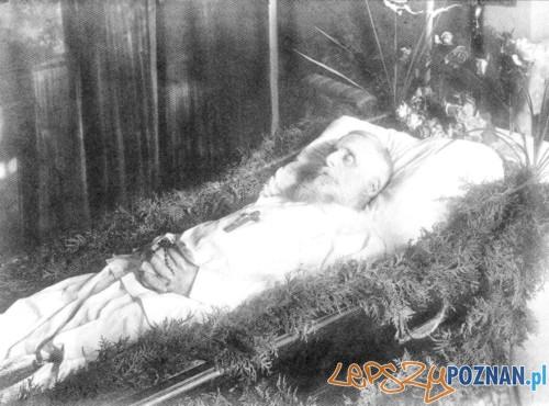 Władysław Zamoyski w trumnie w Zamku Kórnickim (3 X 1924) Foto: Zdjęcie z publikacji Fundacja Zakłady Kórnickie - historia i restytucja pod redakcją Dariusza Jaworskiego
