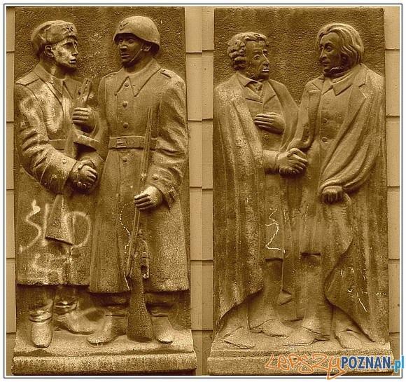 Płaskorzeźby na kamienicy w której mieściła się księgarnia Przyjaźń Foto: http://zburzmypomniki.wordpress.com