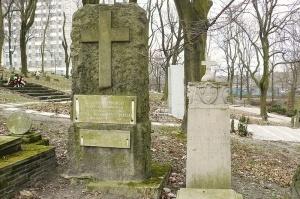 Grób R. Szymańskiego (lewy), Poznań, Cmentarz Zasłużonych Wielkopolan Foto: wikipedia