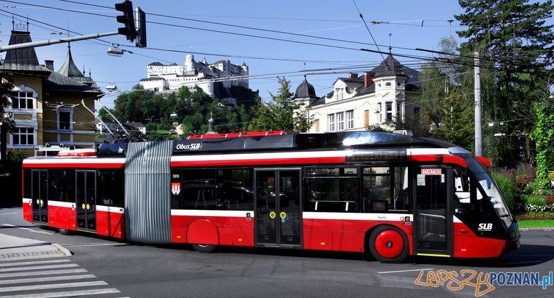 Solaris Trollino 18 MetroStyle w barwach Salzburger Lokalbahnen na tle Twierdzy Hohensalzburg