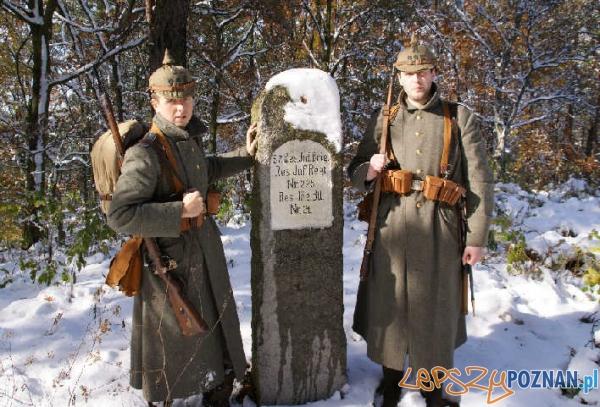 Członkowie SRH Żelazny Orzeł przy pomniku w Gadce Starej pod Łodzią upamiętniającym 225. Rezerwowy Pułk Piechoty  Foto: SRH Żelazny Orzeł