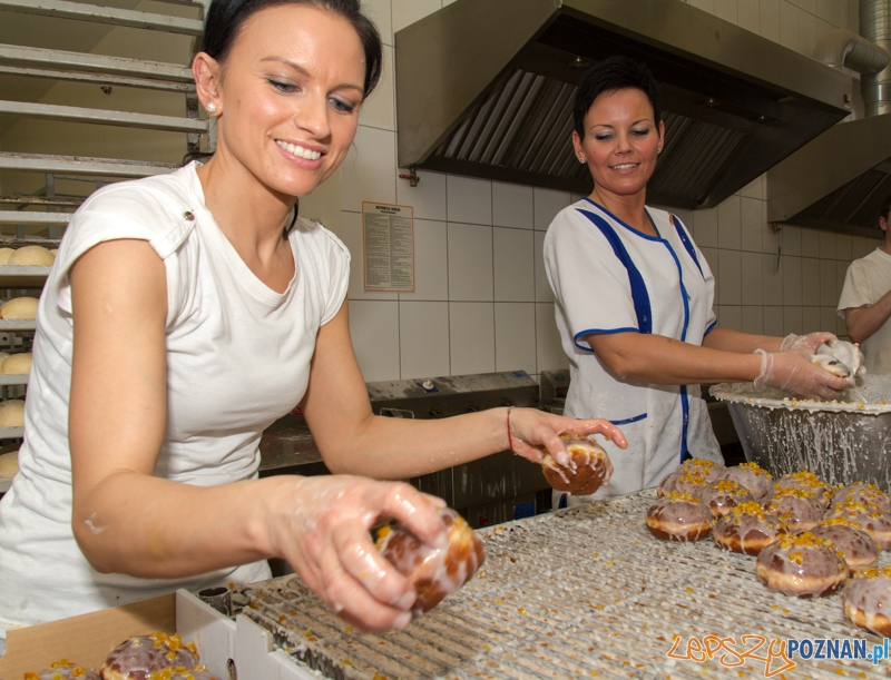 Pączki w cukierni Elite - lukrowanie  Foto: lepszyPOZNAN.pl / Piotr Rychter