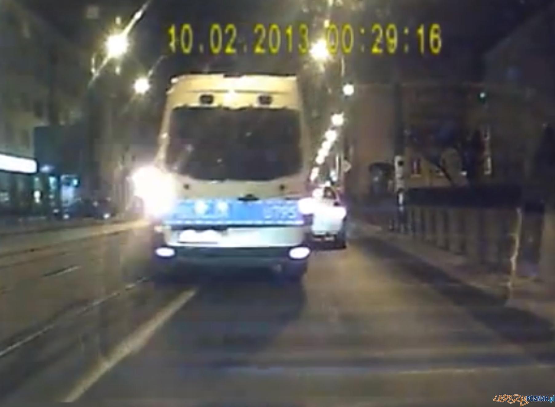 Radiowóz wyprzedza na linii ciągłej  Foto: youtube - PolmozbytPoznan
