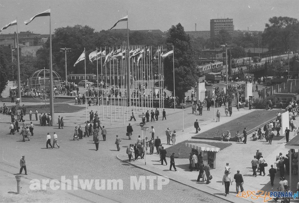 XXVI MTP 1957 rok wejście główne - widoczny Most Dworcowy Foto: archiwum MTP/facebook