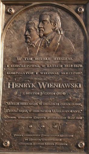 Tablica upamietniająca koncerty braci Wieniawskim na hotelu Bazar