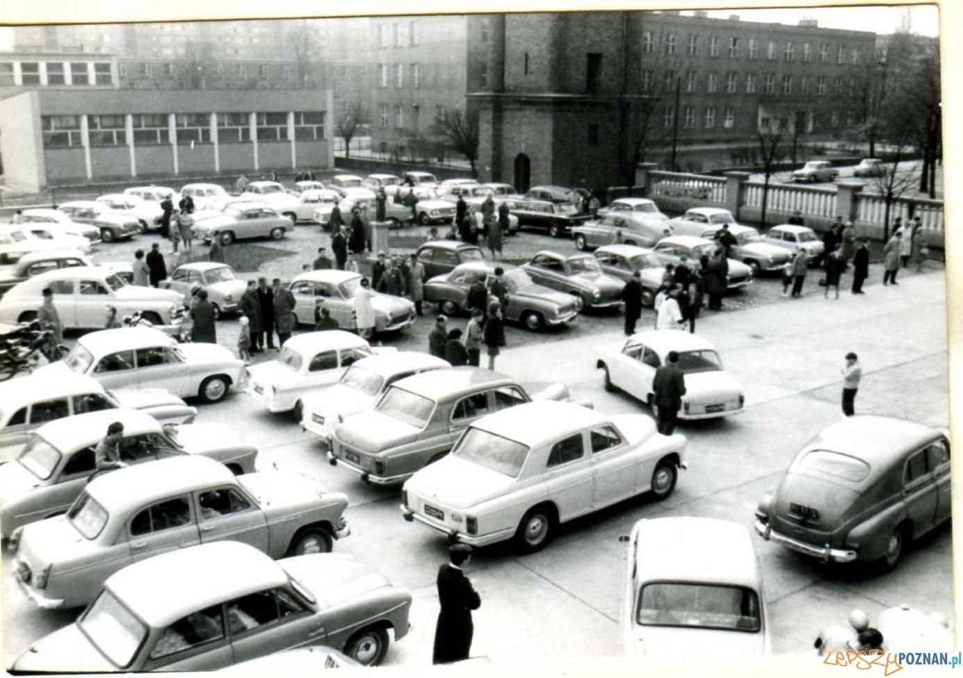 Niedziela 4 kwietnia 1967 Święcenie aut w parafii Zmartwychstańców na Wildzie Foto: facebook WILDA w czasach PRL