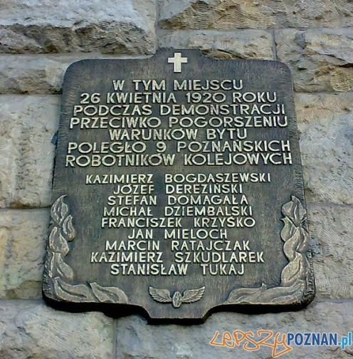 Tablica pamięci zastrzelonych kolejarzy 26.04.1920 Foto: wikipedia/cc