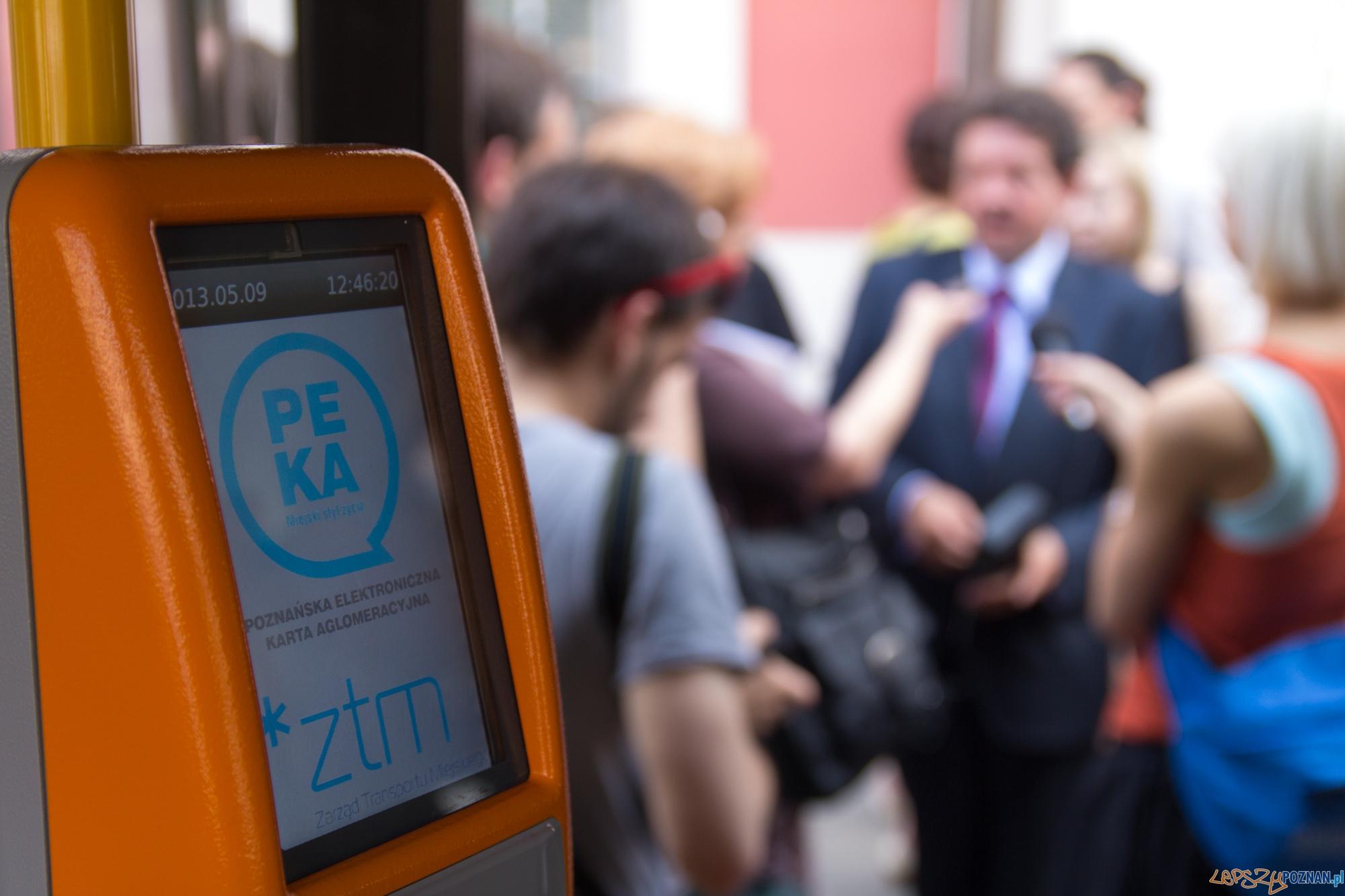 Czytnik systemu PEKA, w tle Dyrektor ZTM Bogusław Bajoński  Foto: lepszyPOZNAN.pl / Piotr Rychter
