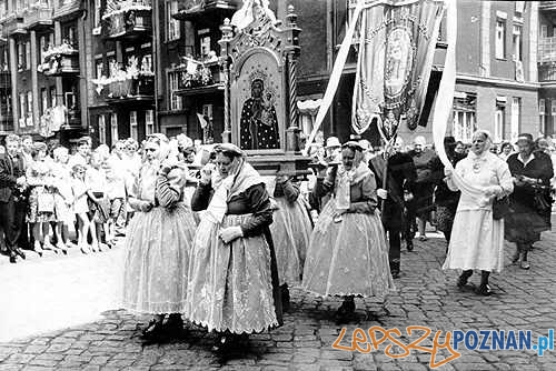 Bamberki w procesji Bożego Ciała na Jeżycach (1964) Foto: Kazimierz Przychodzki / poznan.pl
