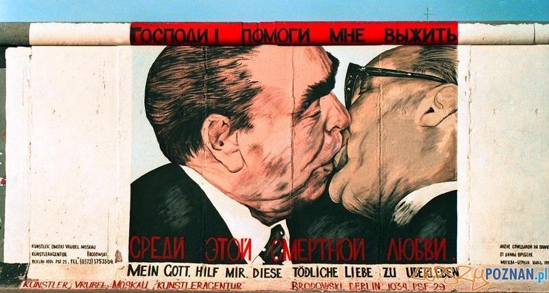 Breżniew z Honeckerem - graffiti na Murze Berlińskim
