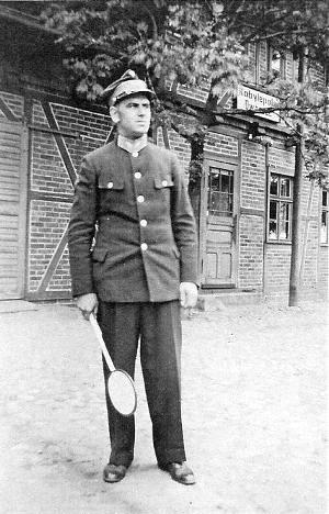 Zawiadowca p. Makowski przed budynkiem stacji Kobylepole
