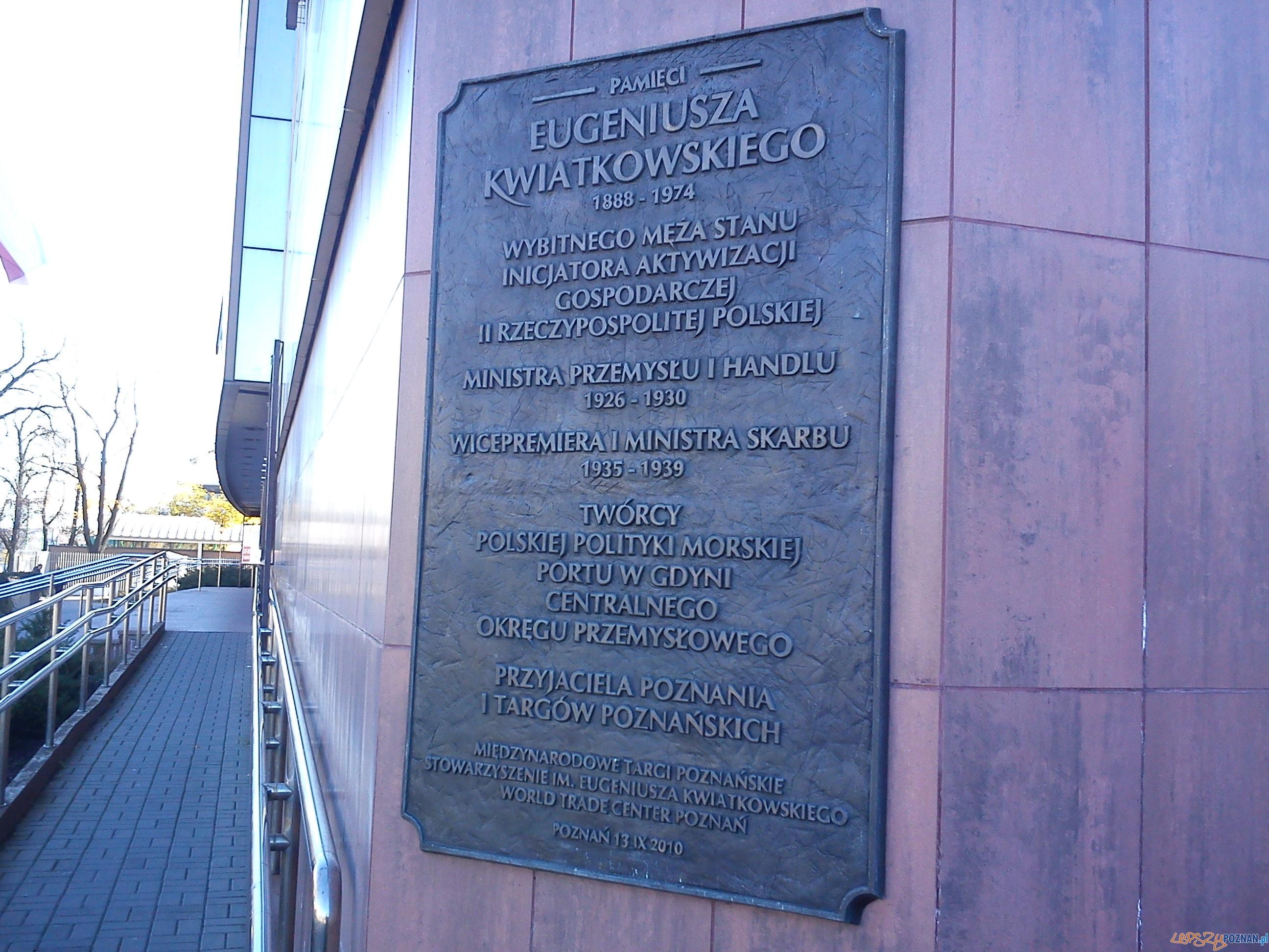 Tablica pamiatkowa pamięci Eugeniusza Kwiatkowskego na terenie MTP Foto: CC / wikipedia