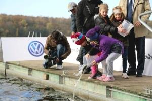 Dzieci i ryby maja głos - zarybianie jeziora Swarzędzkiego Foto: materiały prasowe VW Poznań