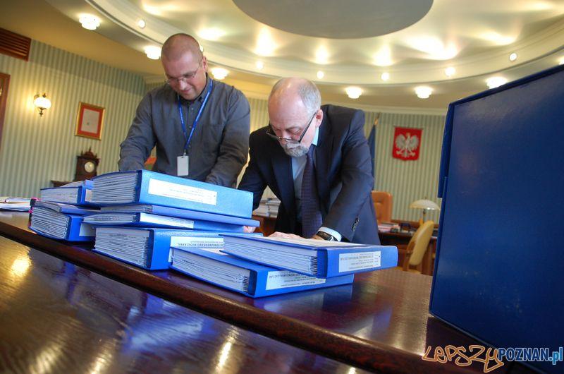 Wojewoda Piotr Florek podpisuje zgodę na budowę kolejnego odcinka drigi S5 Foto: WUW