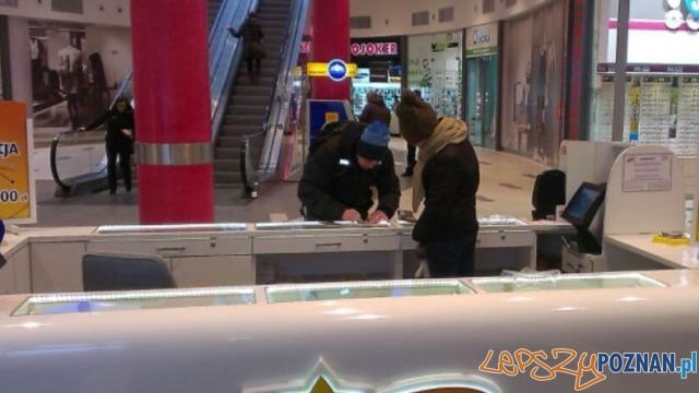 Pracownica punktu LOTTO pracująca w kurtce i czapce Foto: TVN24